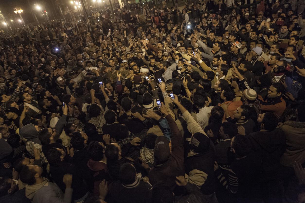 2010 年底,突尼西亞爆發茉莉花革命,民眾透過手機與社群媒體迅速串連,分享及時圖片、資訊,掀起北非與中東地區一連串的民主抗爭運動,多國獨裁政權垮台,被稱為「阿拉伯之春」。圖為 2011 年埃及街頭抗議民眾。圖│iStock
