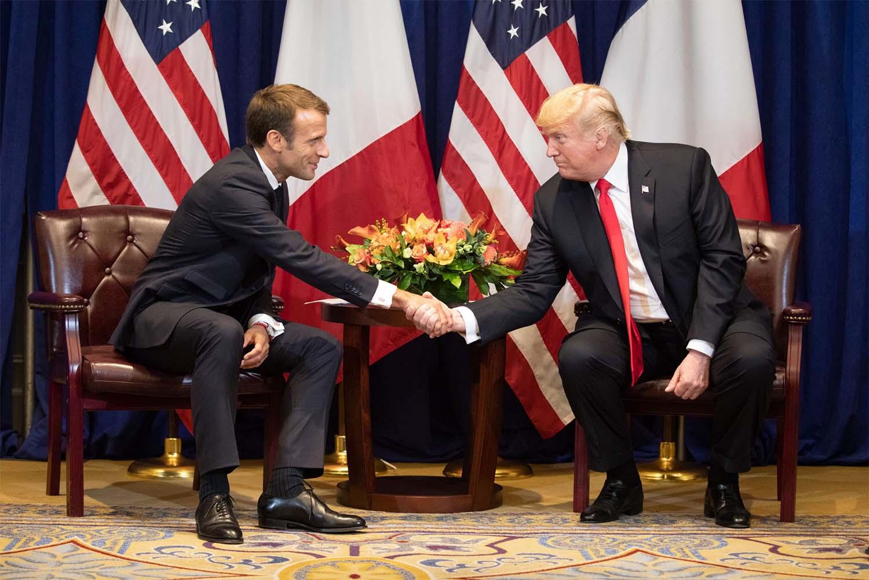 被攻擊國的另一特色是選舉時期。2017 年法國總統大選,選前最後一刻出現重傷馬克宏的假新聞,由大量假帳號散布。事後證實,這波網路攻擊有俄羅斯政府的境外勢力介入。同樣情形,也出現在 2017 年川普與希拉蕊總統大選,來自馬其頓的網軍製造大量假新聞發動攻擊。圖│Wikimedia