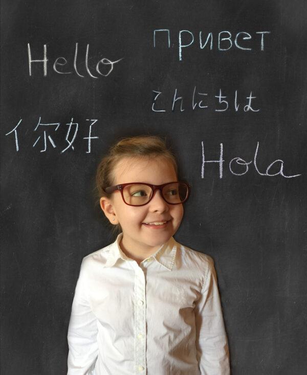 要不要讓孩子從小學習雙語,甚至多語?是許多父母糾結的難題。從大腦可塑性的角度,可以讓孩子自然地在口語環境中接觸多元語言,維持大腦對語言的敏感度,但不需要刻意從書寫、閱讀開始學習。圖│iStock
